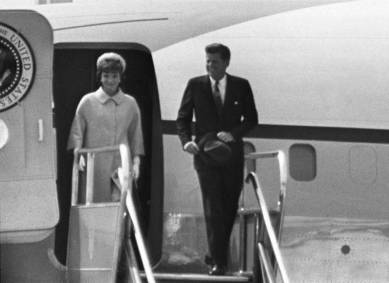 Em 1ª viagem como presidente, Kennedy chega a Paris
