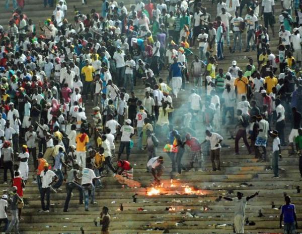 Confusão mata 127 dentro de estádio em Gana