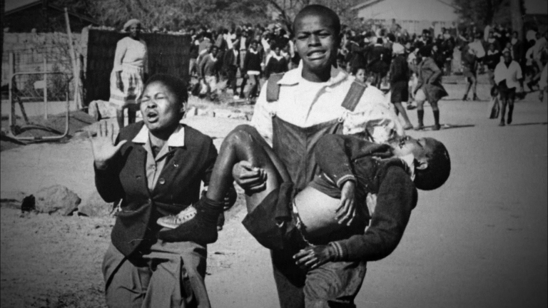 Estudantes iniciam o Levante de Soweto na África do Sul