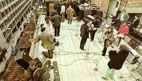À direita, no famoso show dos Beatles no telhado