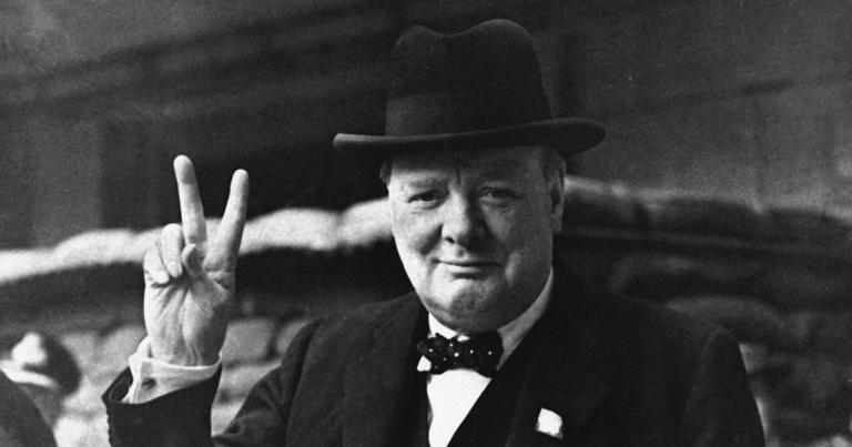 """Winston Churchill endossa o """"V"""" da Vitória"""