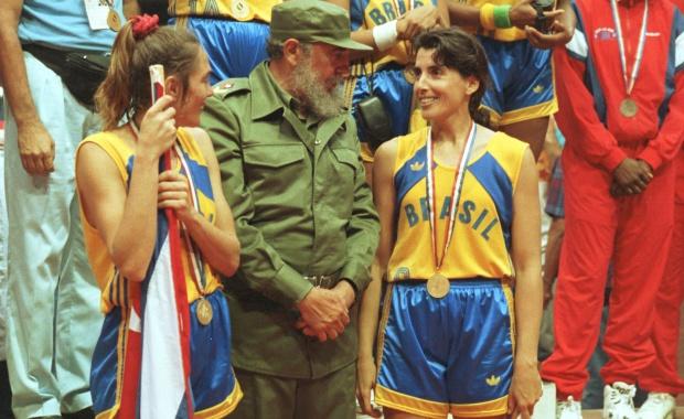 Sob olhar de Fidel Castro, seleção feminina de basquete é ouro no Pan de Havana