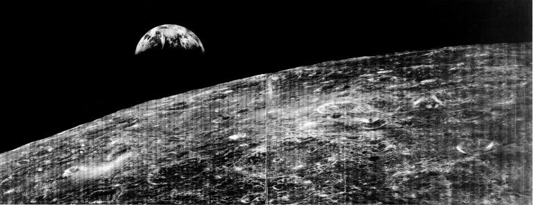 Lunar Orbiter 1 tira a primeira foto da Terra a partir da Lua