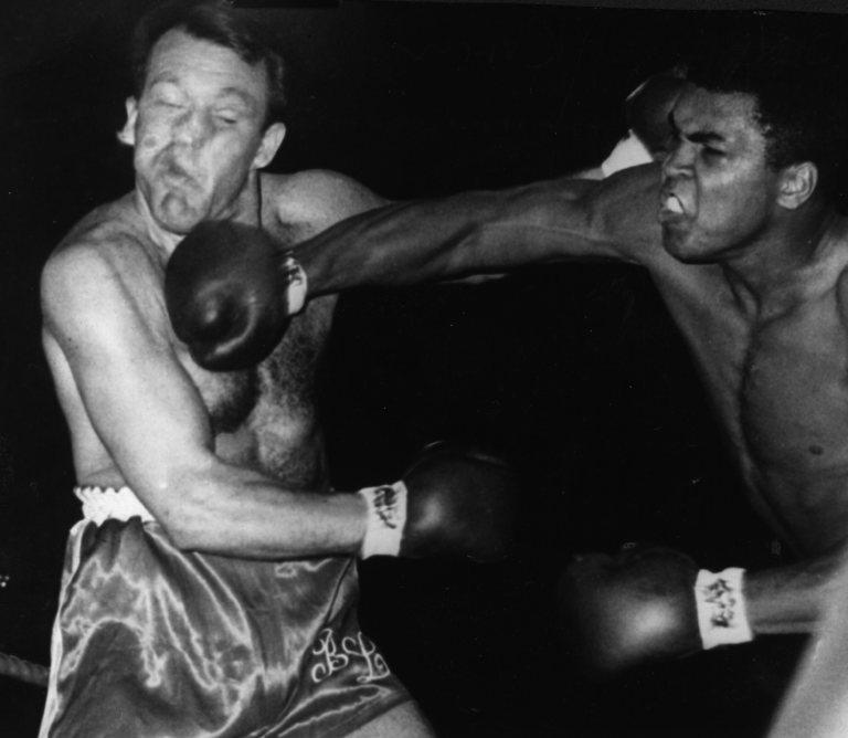 Muhammad Ali vence Brian London na Inglaterra