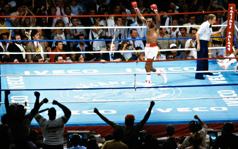 Sugar Ray Leonard bate Thomas Hearns em Las Vegas