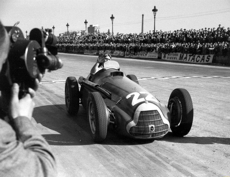 Fangio conquista primeiro título na Fórmula 1