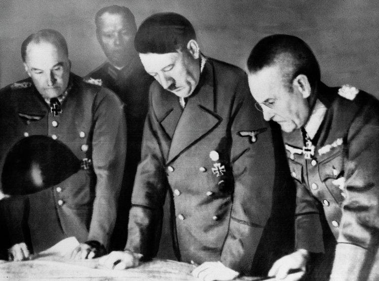Hitler assume o comando do exército alemão