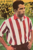 Com a camisa do Atlético de Madrid