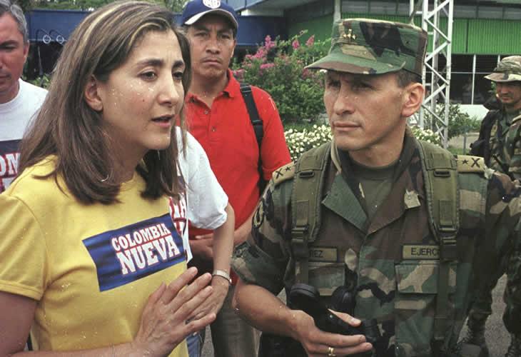 Ingrid Betancourt é sequestrada pelas Farc na Colômbia