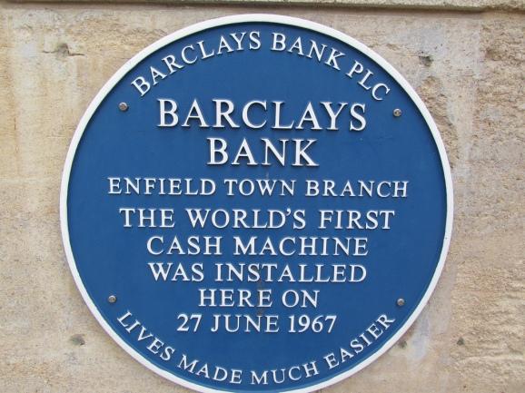 Placa lembrando o fato, em Enfield Town