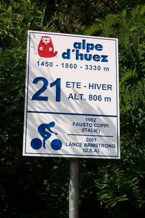 Placa na curva do Alpe D'Huez (onde Lance Armstrong também ganhou)